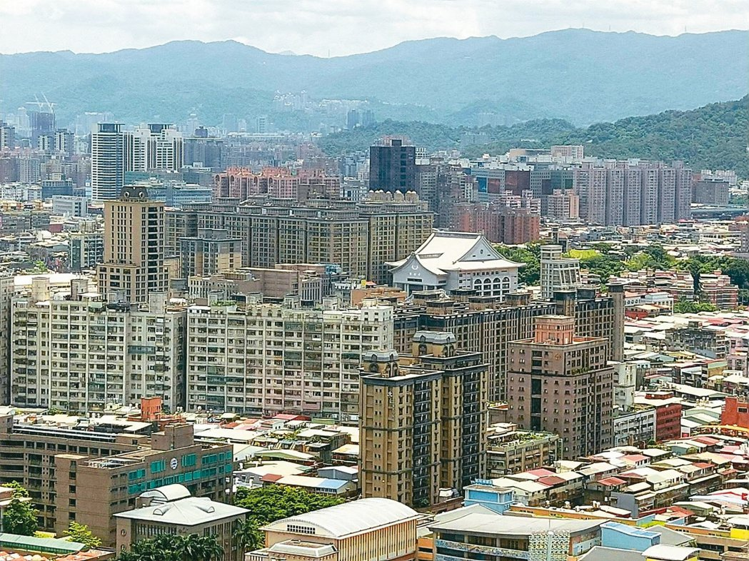 台北市地價與房價都高,加上缺乏大型重劃區的土地供給,危老改建更是當前台北市最火熱...