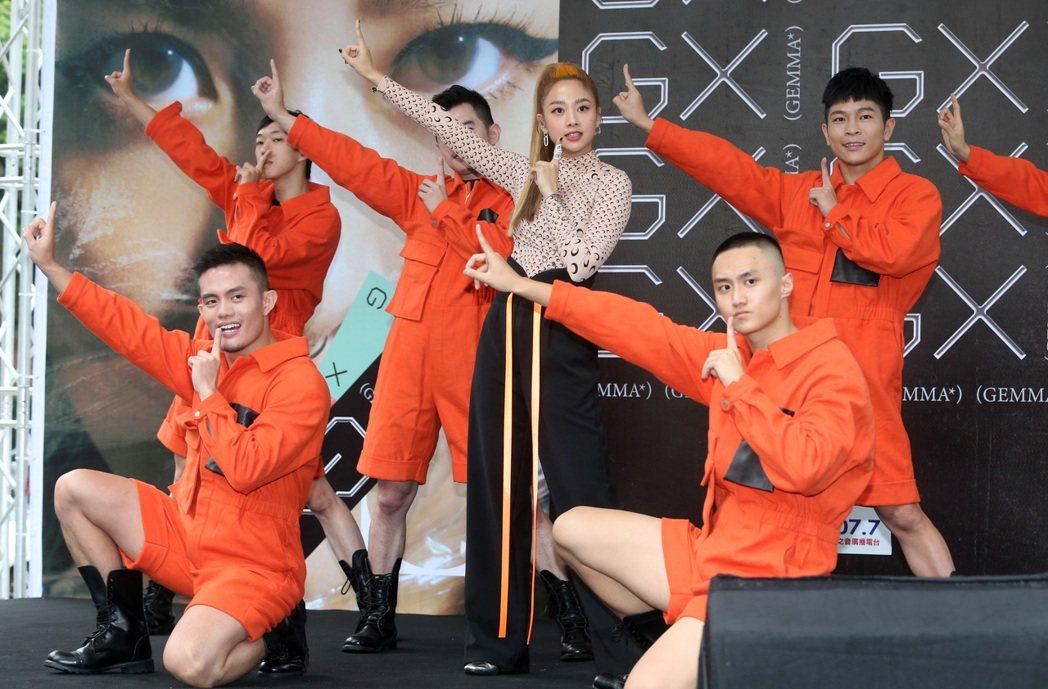 鬼鬼吳映潔舉行首張專輯《GX》簽唱會,攜舞者熱唱新歌〈GO〉。記者胡經周/攝影