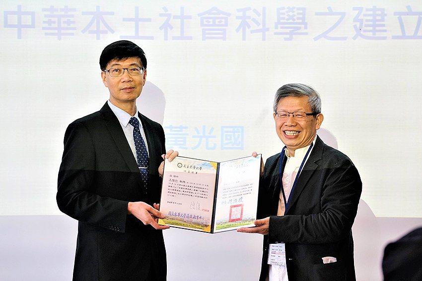 東華大學副校長朱景鵬(左)頒發感謝狀給中華本土社會科學會理事長王智弘教授。 東華...