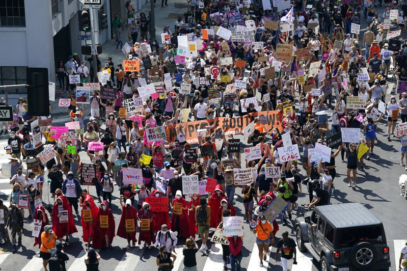 全美各地逾10萬名女性今天走上街頭,抗議川普提名由保守派法官巴瑞特遞補金斯柏格的遺缺。圖為洛杉磯現場。 圖/美聯社