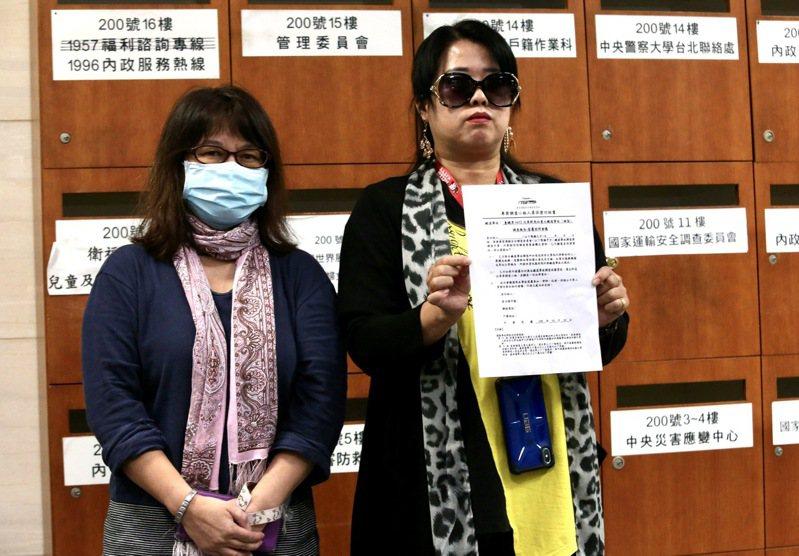 普悠瑪事故受難者權益保障協會理事長董小羚(右)與替代役男家屬林小姐(左)等拒簽不得向外說明調查報告內容的「保密切結書」。聯合報系記者黃義書/攝影 ,