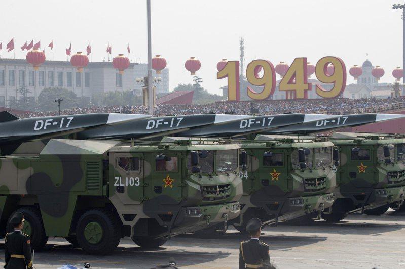 「東風-17」超音速飛彈在去年10月1日中共建政70周年大閱兵中首度亮相。美聯社