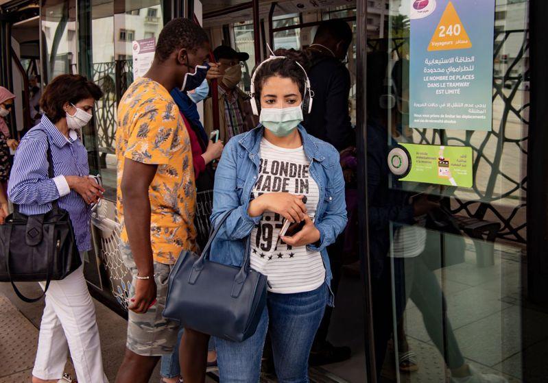 2019冠狀病毒疾病疫情持續升溫。全球新增確診於16日晚間首度突破40萬例,創下單日新高紀錄。 圖/法新社