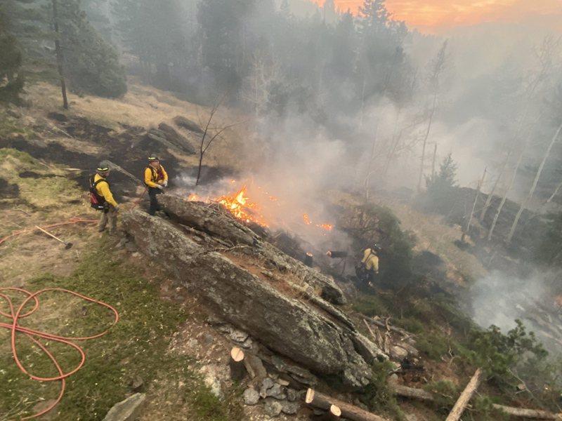 美國科羅拉多州的喀茂隆峰大火(Cameron Peak Fire)持續擴大,已成為州史上最大野火。圖/歐新社