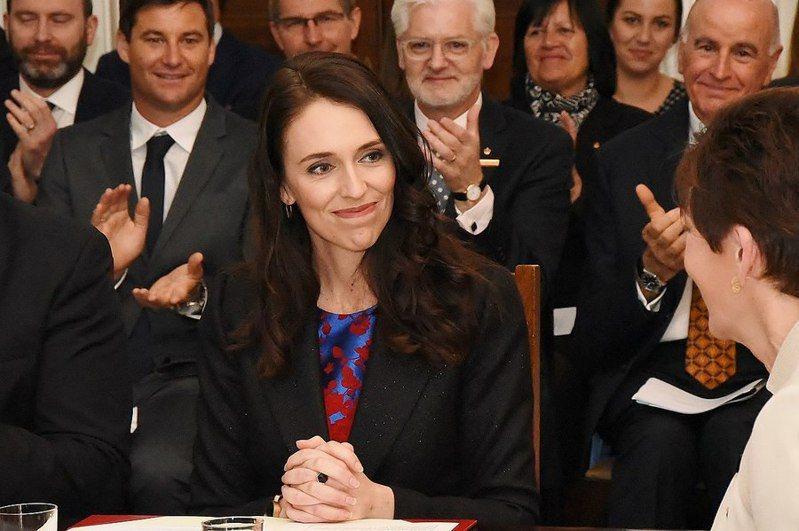 紐西蘭總理阿爾登(前一)雖然可單獨組閣,但未來支持者將更期待她解決社會正義的問題。(Photo by Governor-General of New Zealandon Wikimedia Commons under the Creative Commons Attribution 4.0 International license)