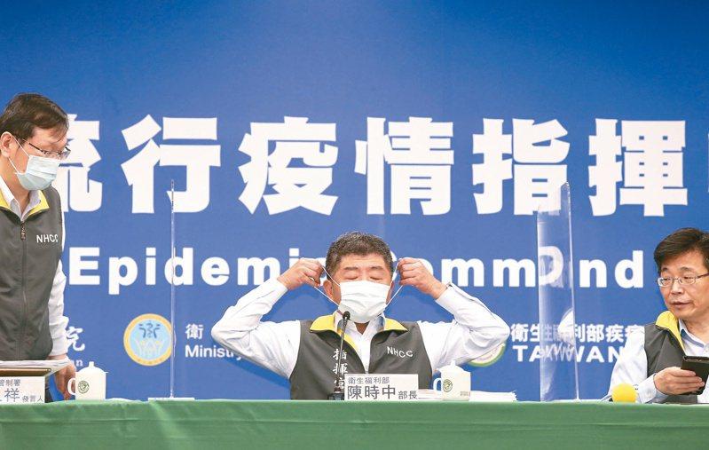 急滅火的背後…  對於50至64歲緩打公費流感疫苗惹出民怨,衛福部長陳時中(中)昨天親上火線道歉。記者林俊良/攝影