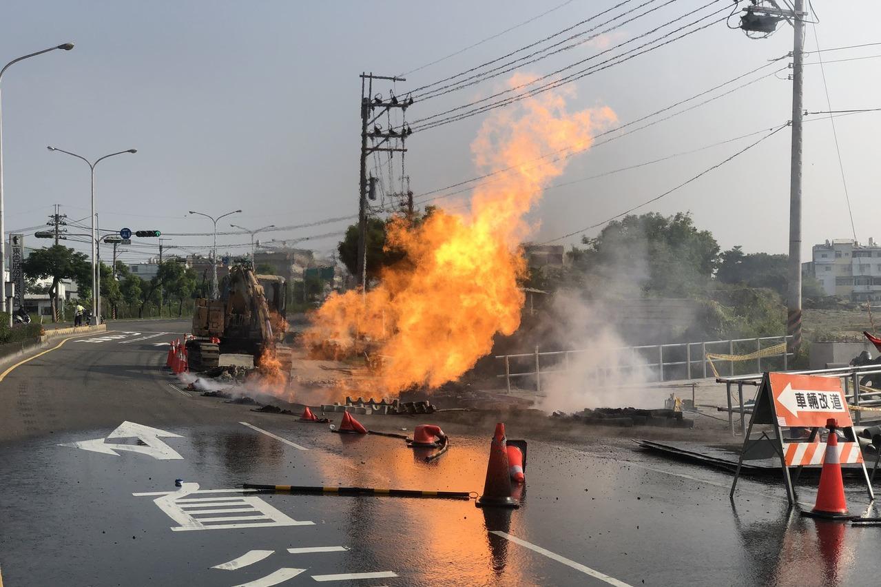 台電施工挖破管線 台南新市氣爆起火