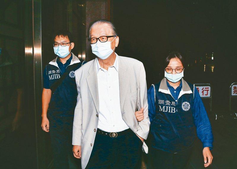 大眾集團董事長簡明仁(中)被控以不實信用狀,詐騙銀行押匯卅二億元,被檢方依違反銀行法交保五百萬元。記者曾原信/攝影