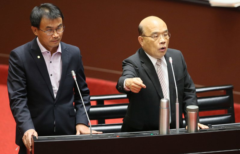 行政院長蘇貞昌(右)頻頻在立法院對在野黨立委反質詢,更多次不讓官員回應立委詢問,引發爭議。 聯合報資料照片 記者許正宏/攝影