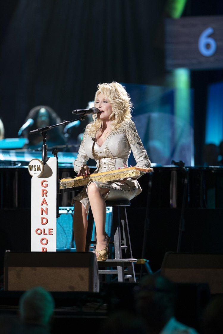 桃莉芭頓裝飾施華洛世奇水晶的揚琴,估價5萬美元起。圖/佳士得提供