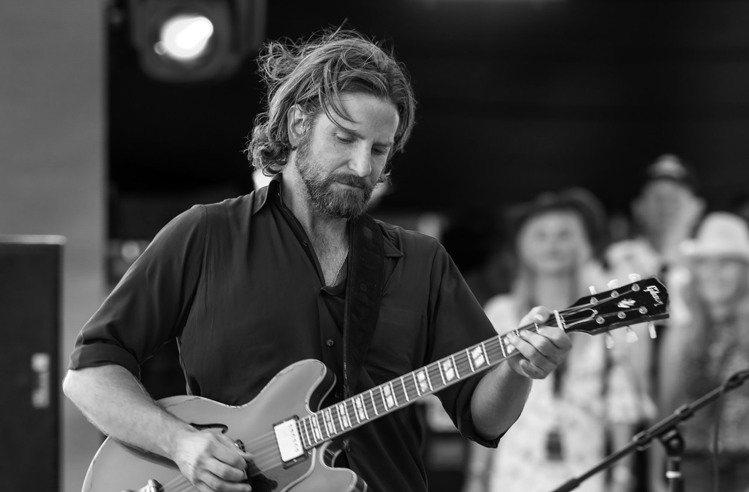 布萊德利庫柏在電影「一個巨星的誕生」中使用的Gibson吉他,估價2,000美元...