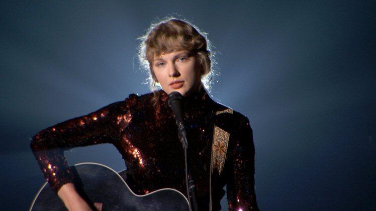 天后泰勒絲的這把Gibson黑色木吉他也在慈善拍賣之列,估價約25,000美元起...