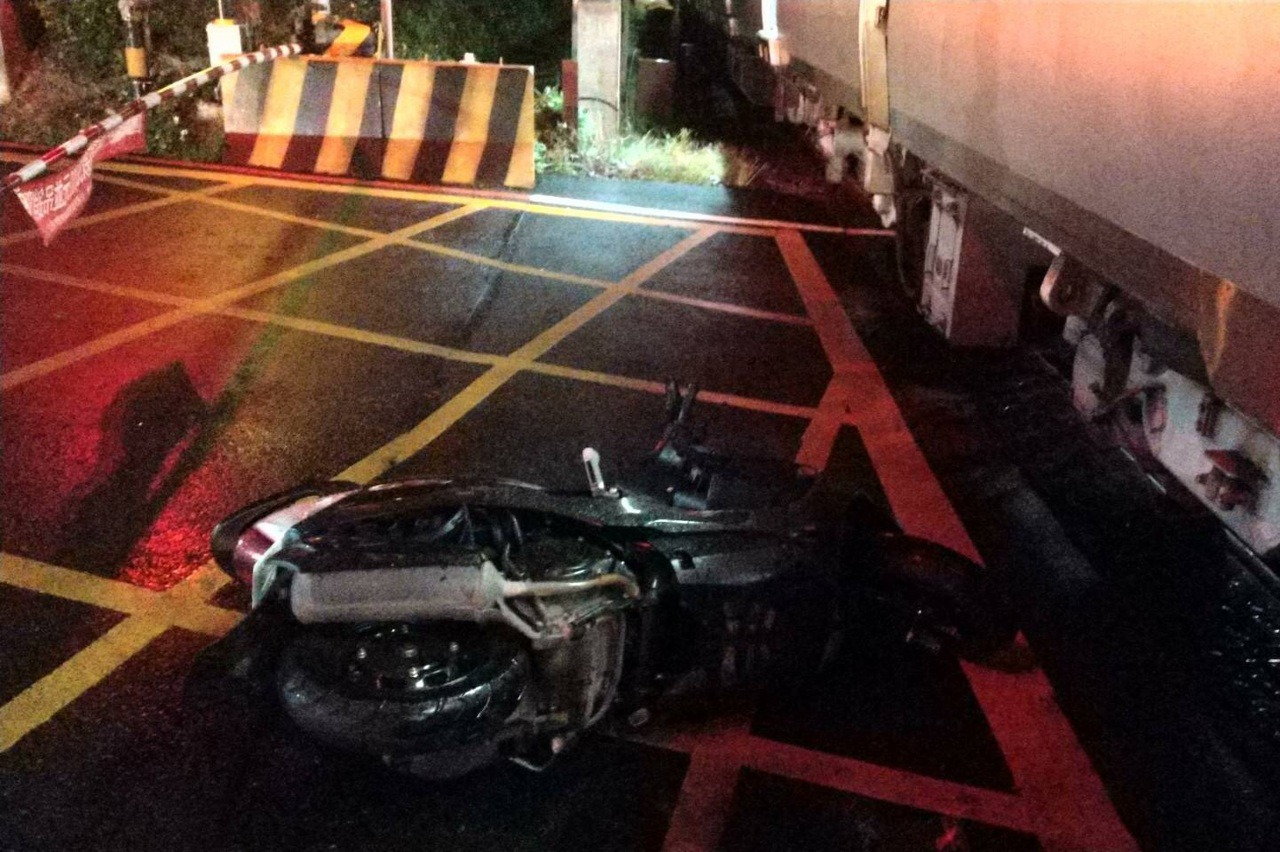 機車騎士深夜疑闖平交道 遭區間車擦撞受傷