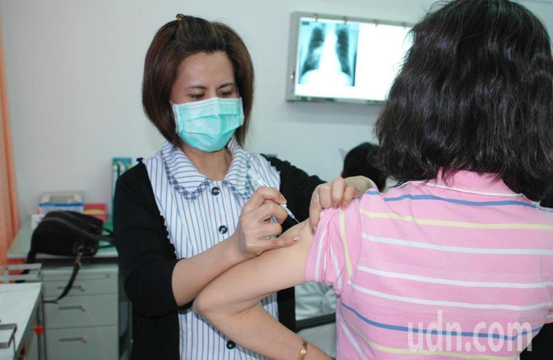 今年流感疫苗5日開打至今,民眾踴躍接種。記者羅紹平/攝影