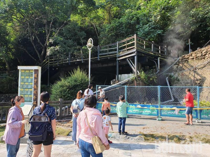 工作人員架起圍籬謝絕遊客靠近。記者謝進盛/攝影
