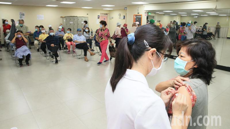 新北市永和區永利市民活動中心一早就有民眾排隊打流感疫苗。記者潘俊宏/攝影