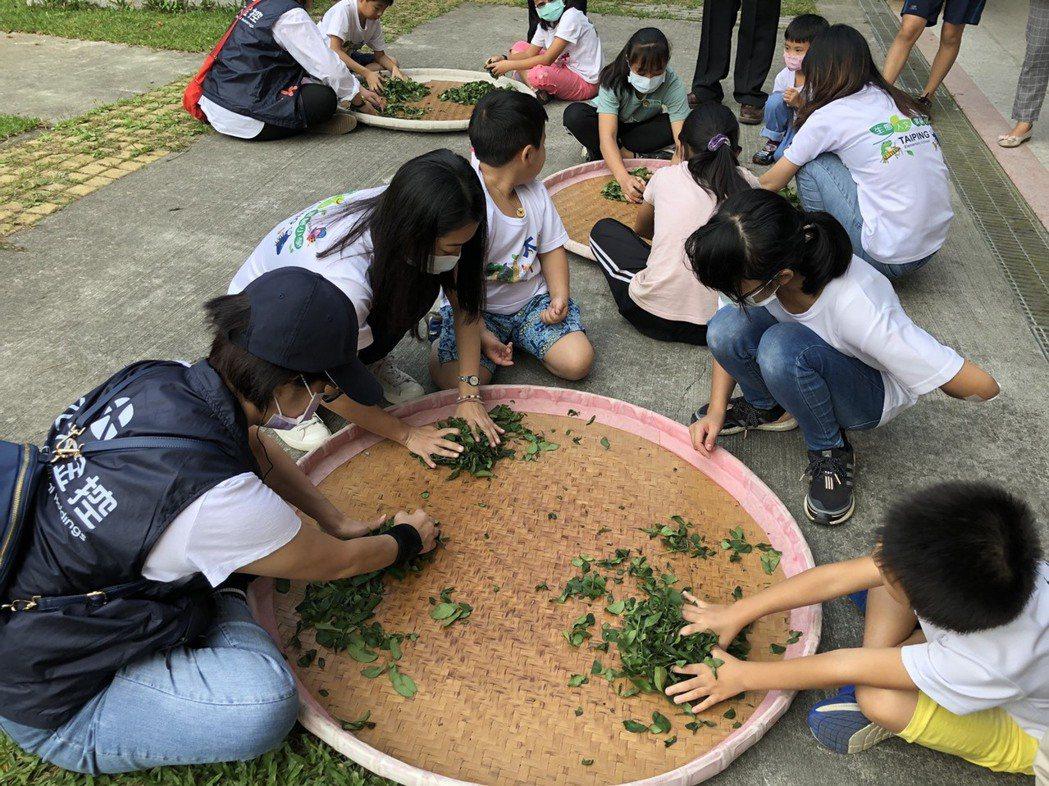 元大幸福日融入嘉義縣梅山鄉特色,學童與志工分享揉茶體驗。圖/元大金控提供