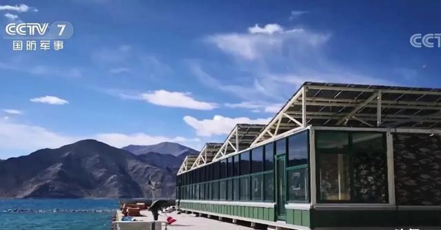 央視軍事頻道報導解放軍在班公湖畔蓋起了「湖景房」準備過冬。圖/截自央視