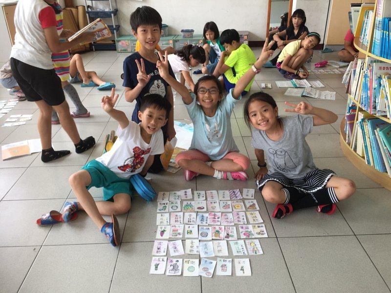 高雄市新上國小學童樂在桌遊,也從桌遊中學習團隊分工、解決問題。圖/新上國小提供