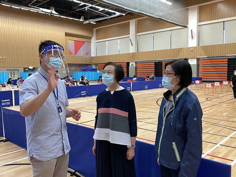 香港食物及衛生局長陳肇始(中)在網誌說,最新病毒株具更強的傳播力。(取自港府食物及衛生局局長網誌)