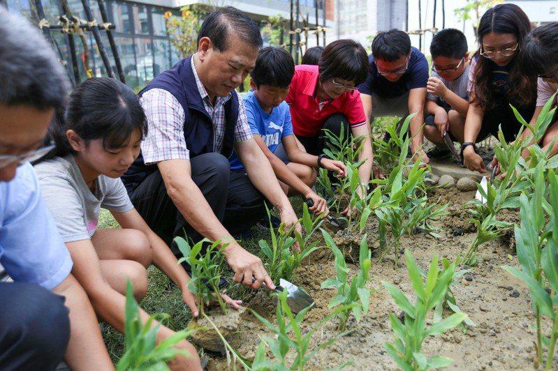 上楓國小師生一起為圖書館植栽。圖/台中市文化局提供