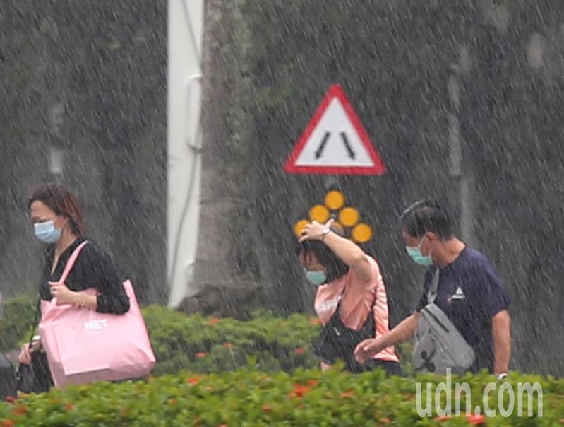 中央氣象局發布豪雨特報。本報資料照片