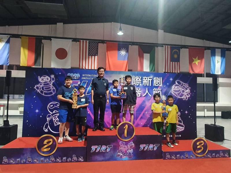 今年的「創客機器人大賽」全國國小組共有63隊參賽,新竹縣的十興國小勇奪第二名。圖/新竹縣政府提供