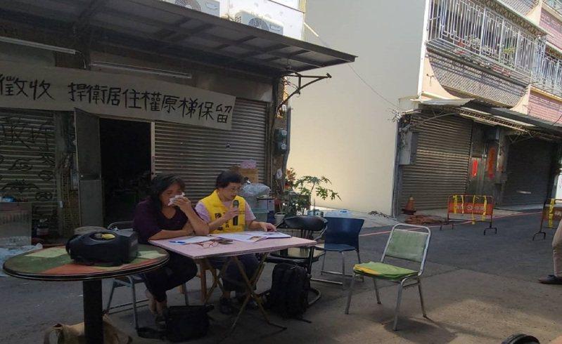 黃春香(左)因房子拆遷爭議,向立委陳椒華陳情,說到委屈處頻頻拭淚。記者黃宣翰/攝影
