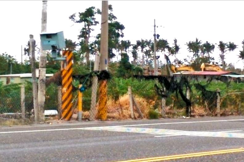 不滿被拍照開單 台東縣測速桿常被砸、潑漆、開槍