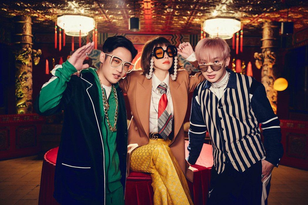 徐若瑄(中)和同門師兄熊仔(左)、noovy樂團主唱Shawn合唱新歌「好了啦」...