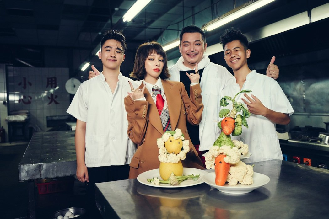徐若瑄(左二)跟外甥William(左起)、親弟弟Joe以及外甥Howard合作...