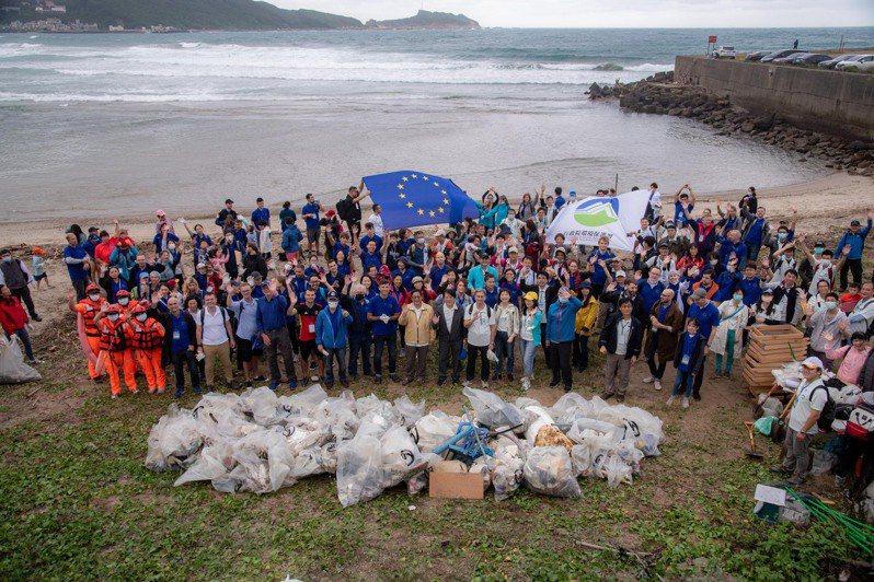 環保署與歐洲經貿辦事處提倡健康海洋無國界,再度攜手以實際行動為大海盡一份心力,昨(17)日在新北市萬里大橋下海岸共同舉辦淨灘活動。圖/環保署提供