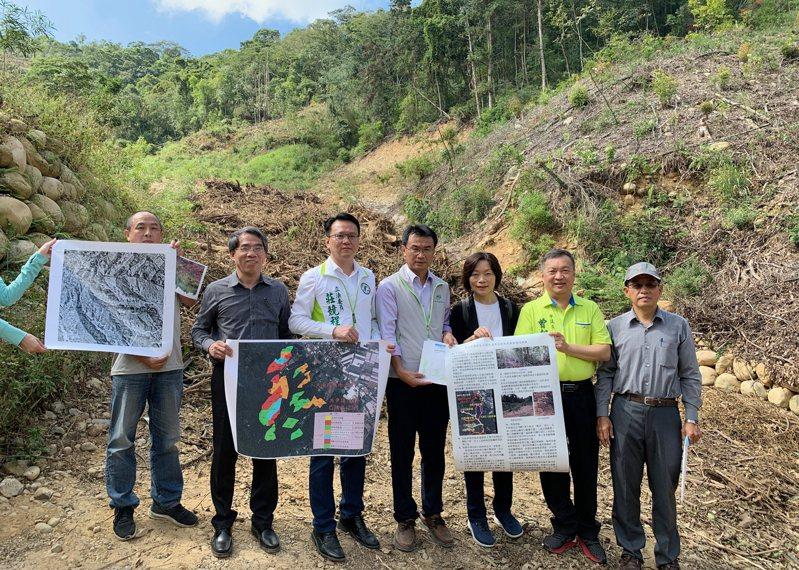立委莊競程今天和農委會主委陳吉仲等人,到台中租地造林被質疑的地區。圖/立委莊競程服務處提供