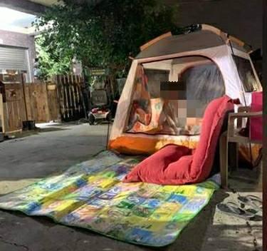 新營區有人乾脆漏夜在屋外搭帳棚過夜。圖/讀者提供
