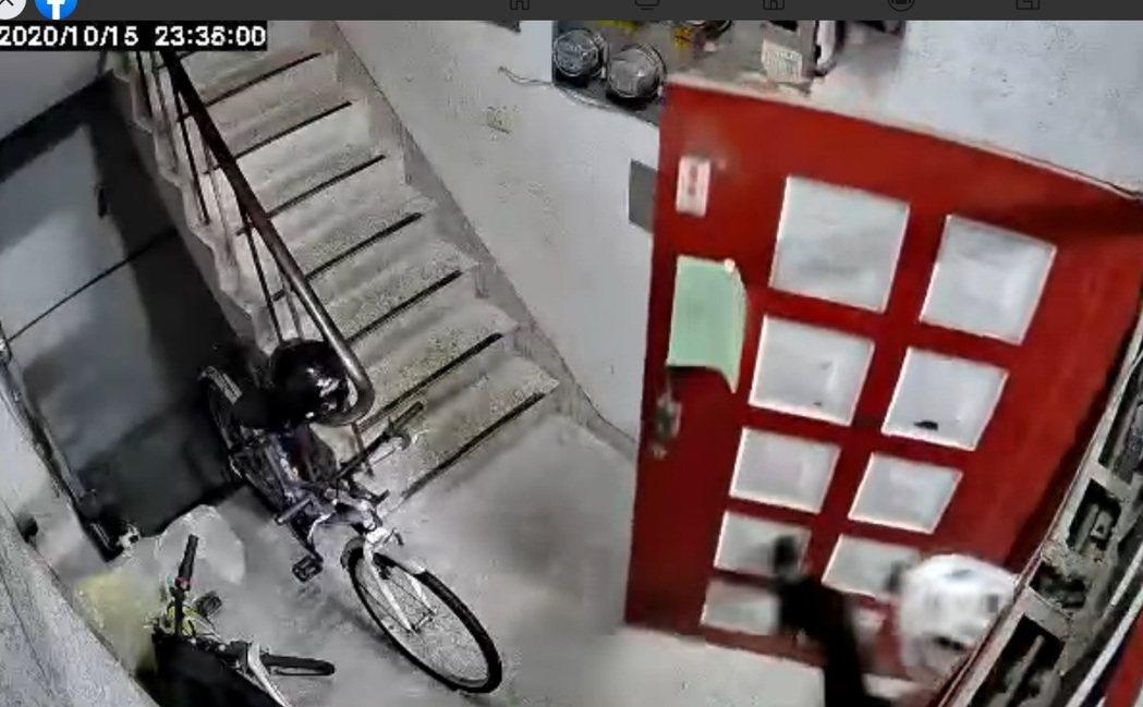 台中市一名foodpanda外送平台的外送員15日深夜送食物到市區一棟舊式5樓公...