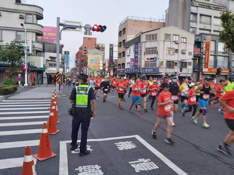 台南市今天舉行古都馬拉松比賽,員警清晨交管。記者黃宣翰/翻攝