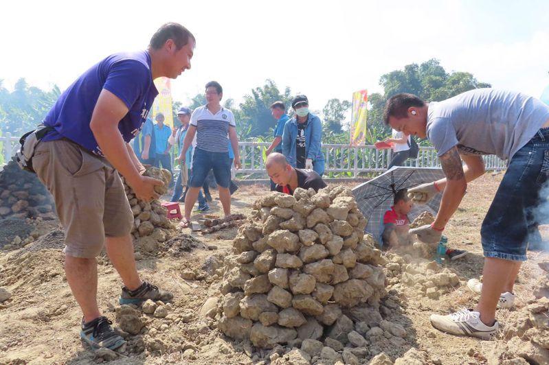 高雄市田寮區鹿埔社區舉辦焢土窯活動,大人小孩玩得很開心。圖/高雄市農業局提供