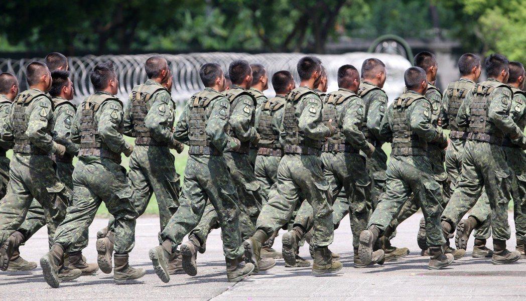 陸軍四三砲指部的彭姓上兵連跑2次3000公尺都未達15分鐘內的標準,涉央求李姓士...