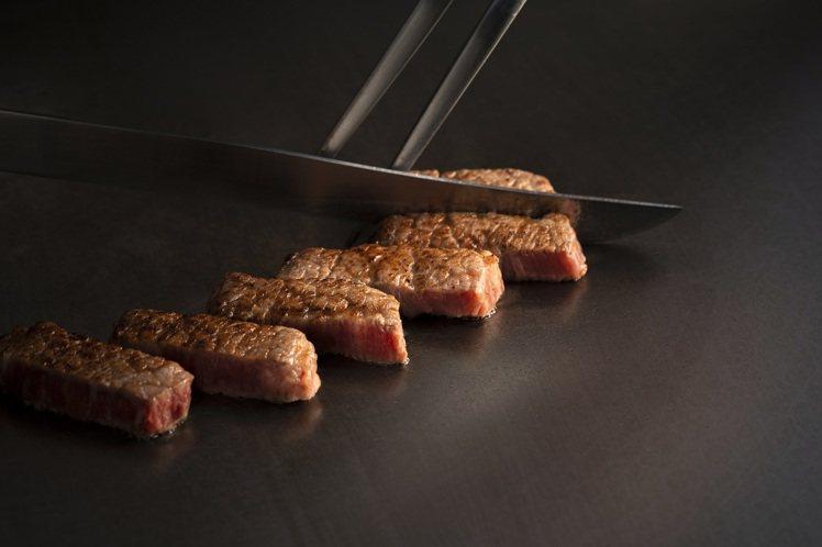 夏慕尼以澳洲和牛、伊比利豬等食材,推出法式夢幻套餐。圖/王品提供