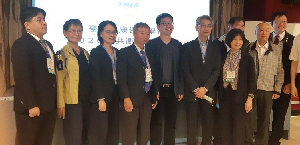 2020年公共衛生聯合年會今舉辦全民健保論壇。左三至右一為健保署副署長蔡淑鈴、前...
