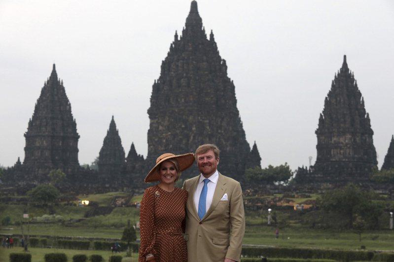 荷蘭國王威廉-亞歷山大和王后馬克西瑪,3月11日在印尼爪哇島普蘭巴南寺廟群合影。(美聯社)