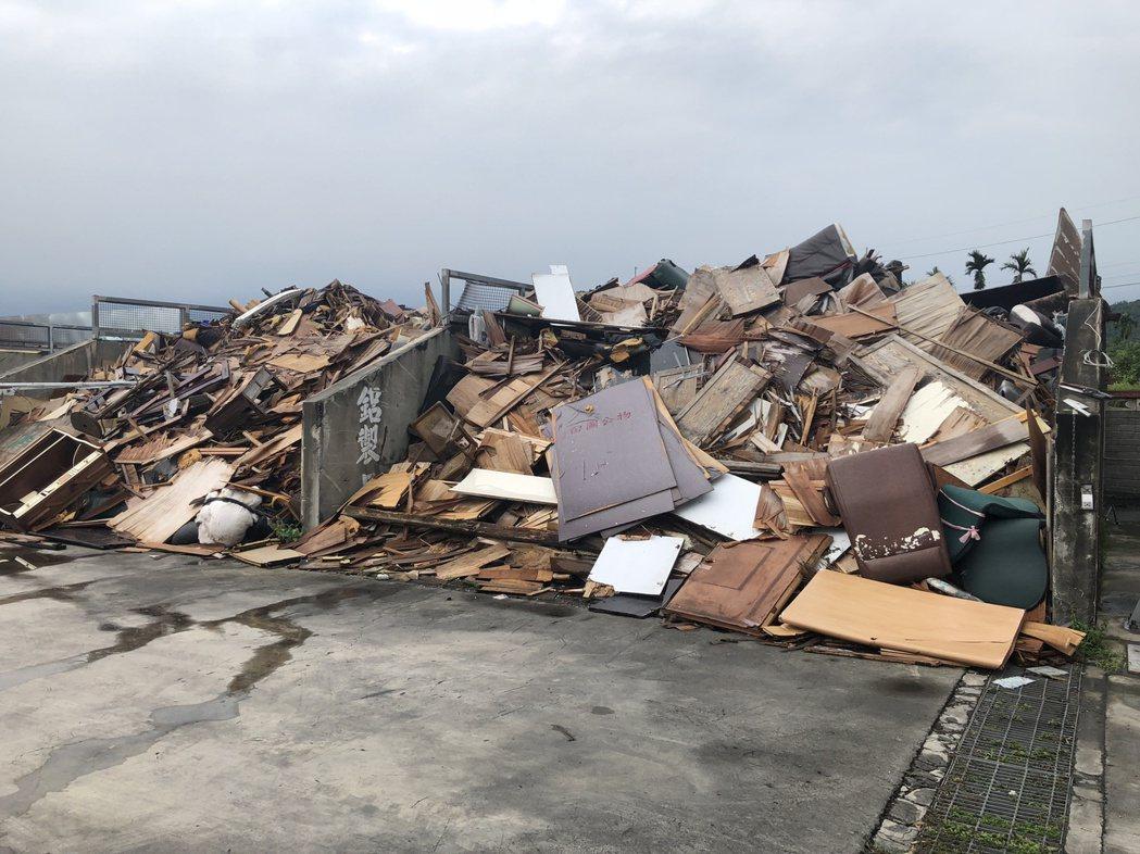 彰化縣鄉鎮市公所代清除處理廢棄家具,將不能回收的材料堆在隊部,分批送往焚化爐處理...