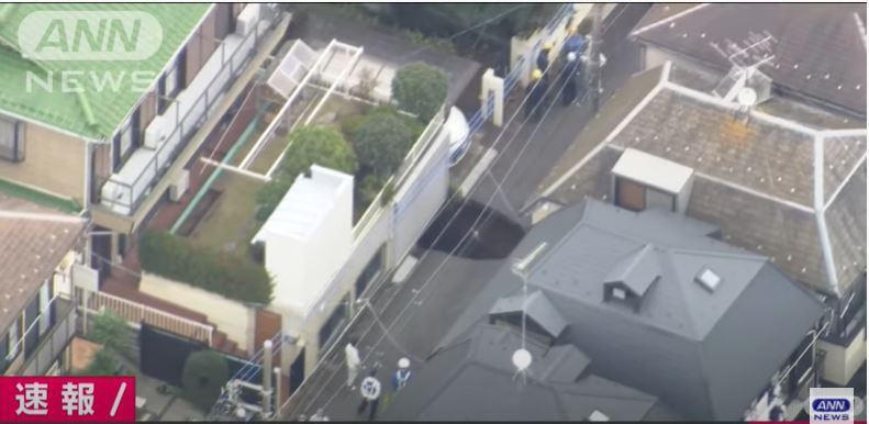 日本東京調布市稍早驚傳路面坍塌,坑洞長五公尺、寬三公尺且深度五公尺。(擷取自Youtube)