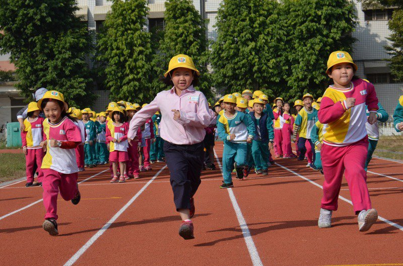 嘉義市國中小學的PU跑道多數在近三、四年啟用,但多數學校都願在使用年限屆滿後改為紅土或草地跑道。聯圖/聯合報系資料照片