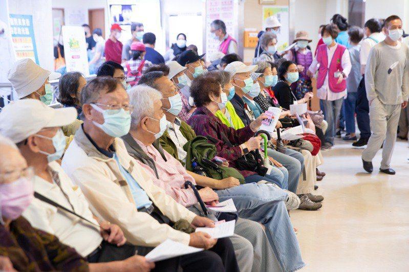 根據疾病管制署今公布的最新數據顯示,公費流感疫苗暫緩50到64歲健康人施打的首日,單日接種人數驟降到七萬人。本報資料照片