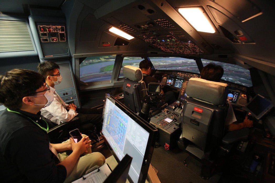 長榮航空機長體驗營特別安排學員與機長共進午餐,面對面交流工作甘苦與飛行趣事。圖/...