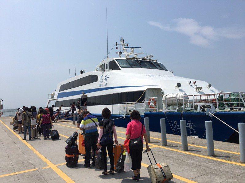離島地區對外交通主要仰賴海空運輸,因此交通部一直以來不斷投資與改善海空運輸建設,以提升海空運輸服務品質。 記者楊文琪/攝影