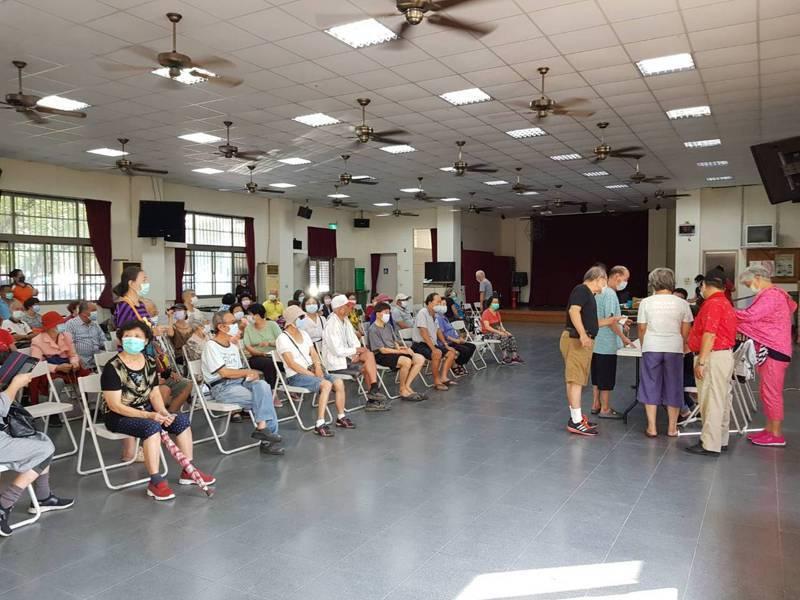 台南市北區賢北里社區今天有不少人前往注射流感疫苗,但多數是65歲以上長者,50-64歲的不多。圖/衛生局提供