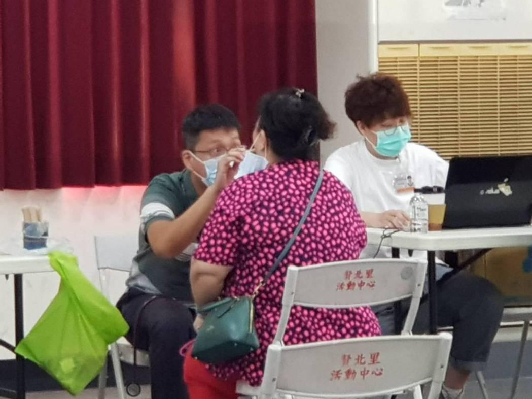 台南市北區賢北里社區今天有不少人前往注射流感疫苗,但多數是65歲以上長者,50-...