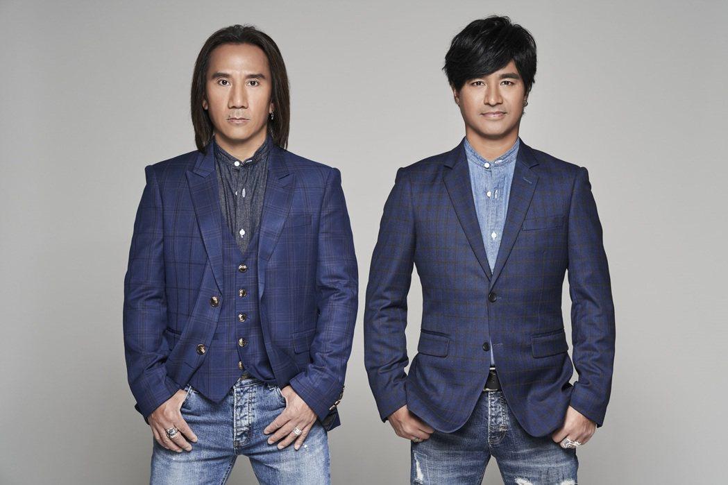 動力火車由尤秋興(右)與顏志琳兩位排灣族歌手組成,以高亢且具穿透力的歌聲著名。圖...